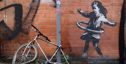 فتاة الهولاهوب على جدار في مدينة بريطانية