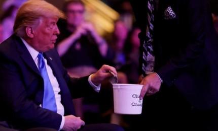 بالصور: ترامب يثير السخرية بسبب طريقة تبرعه لأحد الكنائس