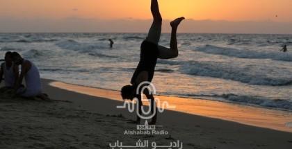 بالصور.. مواطنون يستمتعون على شاطئ البحر جنوب القطاع