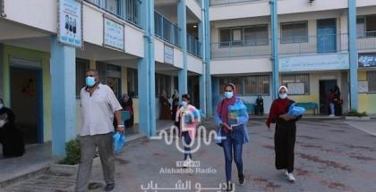 بالصور.. مدارس الأونروا بغزة توزع الكتب على الطلاب وذويهم ضمن إجراءات السلامة