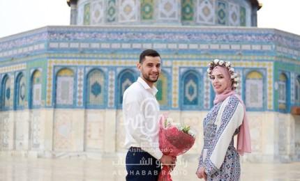 عروسان يحتفلان بعقد قرانهما في رحاب المسجد الاقصى