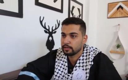 الخريج مؤمن أبو شحمة يصنع الأثاث المنزلي والتحف في منزله