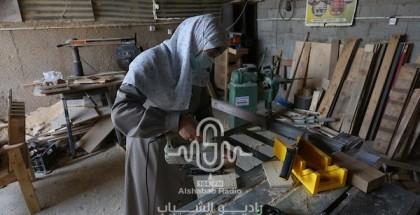 """""""تحرير أبو شاب"""" تصنع الكراسي والهدايا في ورشتها الخاصة """"بخان يونس"""" جنوب غزة"""