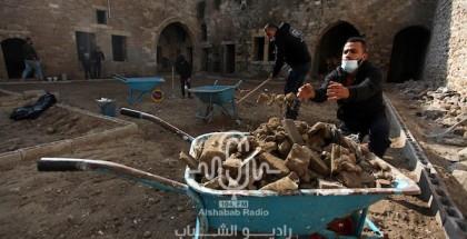 """متطوعون يشاركون في مبادرة """"بيتكم عامر"""" لتنظيف مدرسة الكمالية الأثرية"""
