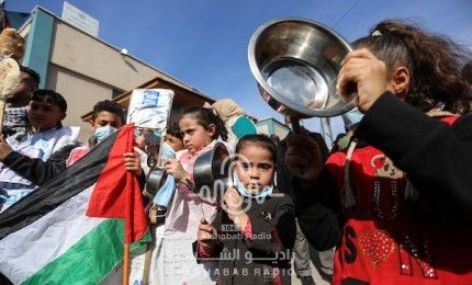 مظاهرات احتجاجية للاجئين في مخيم جباليا بعد تقليصات الأونروا لـ السلة الغذائية