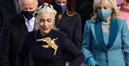 المغنية الأمريكية ليدي غاغا  تتوشح بدبوس عملاق خلال حفل تنصيب بايدن.. ما السر؟