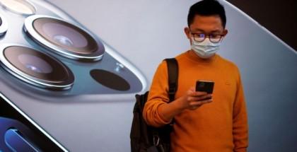 ببصمة الوجه.. مستخدمو آيفون يمكنهم أخيرًا فتح هواتفهم دون إزالة الكمامة