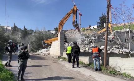 قوات الاحتلال تهدم منزلا في العيسوية بالقدس المحتلة