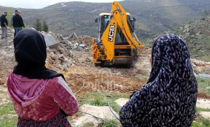 قوات الاحتلال تهدم منازلاً في مسافر يطا بالخليل