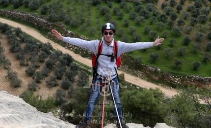 """فريق """"رحال فلسطين"""" يتسلق منحدرات وادي القاف غربي الخليل"""