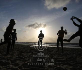 رغم كورونا.. شاطئ غزة في صور