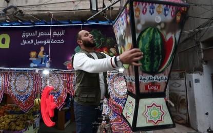 صاحب متجر فواكه يستقبل شهر رمضان المبارك بتزيين محله