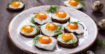 طبيب يدحض معلومة خاطئة عن مضار تناول البيض