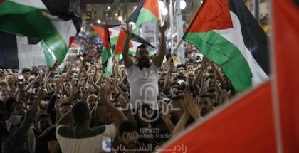 مئات المتظاهرين يشاركون في مسيرة احتجاجية على اعتداءات الاحتلال الإجرامية بالقدس وغزة