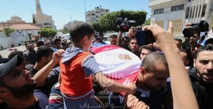شاهد: ابن الشهيد الصحفي يوسف أبو حسين يشيع والده بعد قصف الاحتلال لمنزلهم في شمال غزة