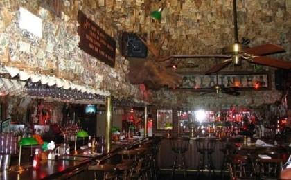 "مطعم يعلّق مليوني دولار  على جدرانه ""يستحيل سرقتها"""