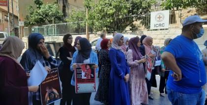 """اعتصام تضامنًا مع """"الإداريين"""" أمام مقر الصليب الأحمر برام الله"""