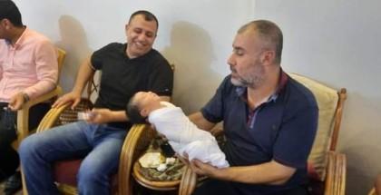 """مواطن من غزة يطلق على مولوده الجديد اسم """"محمد دحلان"""""""