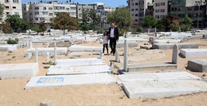 عوائل الشهداء يزورون مقابرهم في أيام عيد الأضحى المبارك