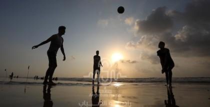 المواطنون يستجمون على شاطئ البحر المتوسط في قطاع غزة