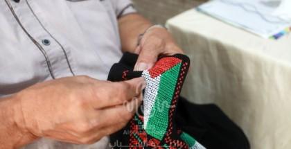 خياط فلسطيني يخيط التطريز التراثي التقليدي في ورشة عمل بمناسبة يوم العادات التقليدية الفلسطينية