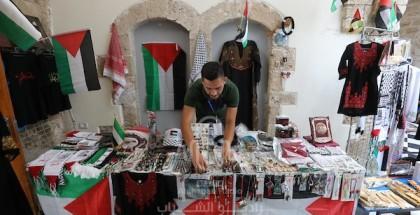 """مواطنون يشاركون في معرض بعنوان """"تراثنا، هويتنا"""" بمناسبة يوم العادات والتقاليد الفلسطينية في غزة"""