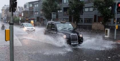 """المياه تغمر الشوارع ومحطات مترو الأنفاق في """"لندن"""" بسبب عواصف رعدية"""