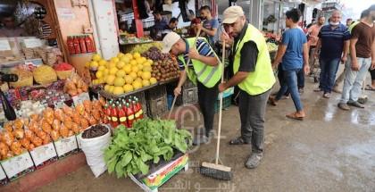 متطوعون ينظفون سوق الزاوية من مخلفات الانفجار الغامض