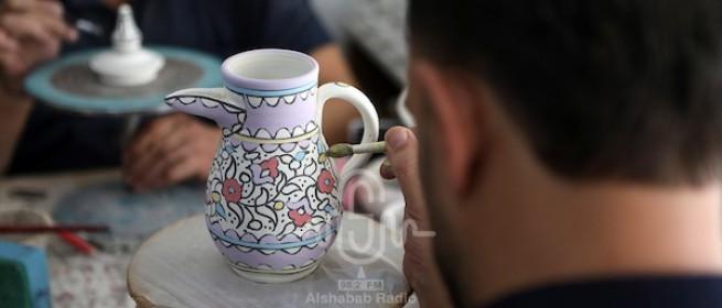 فلسطينيون يعملون في صناعة الخزف في البلدة القديمة في مدينة الخليل بالضفة المحتلة