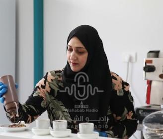 """الشيف الفلسطيني أحلام خضرة تعمل في مقهى """"ستيشن كافيه"""" في مدينة غزة"""