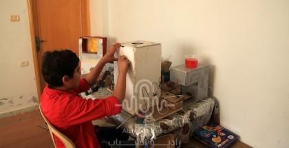 الطفل محمد الحلاق يخترع روبوت لذوي الاحتياجات الخاصة وثلاجة محمولة باستخدام معدات بدائية